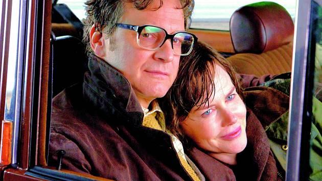 KOLEJE OSUDU. Nicol Kidmanová a Colin Firth.