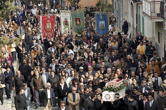 Pohřeb obětí dubnového zemětřesení ve střední Itálii