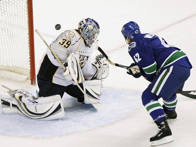 Kyle Wellwood z Vancouveru podruhé v zápase překonává gólmana Nashvillu Dana Ellise.