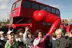 Slavnostní odhalení červeného cvičícího autobusu Davida Černého, který se stal symbolem nově otevřeného dětského hřiště Pyšelská na Chodově ve středu 17.října.
