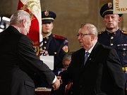 Český premiér Bohuslav Sobotka udělil 11. března v Mnichově medaili Karla Kramáře sudetoněmecké sociální demokratce Olze Sipplové.
