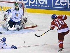 Patrik Eliáš prověřuje na mistrovství světa finského gólmana Vehanena.