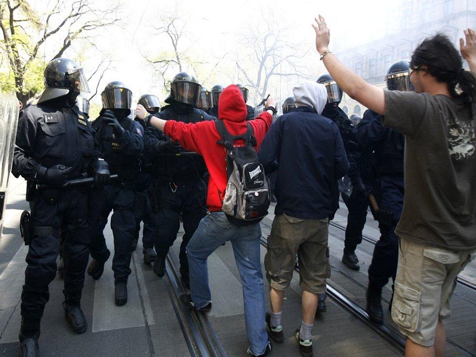 Ke střetu mezi příslušníky zásahové jednotky Policie ČR a anarchisty došlo 1. května ve Vítězné ulici v Praze.