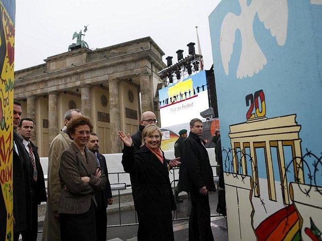 Americká ministryně zahraničí u dominové zdi v Berlíně.
