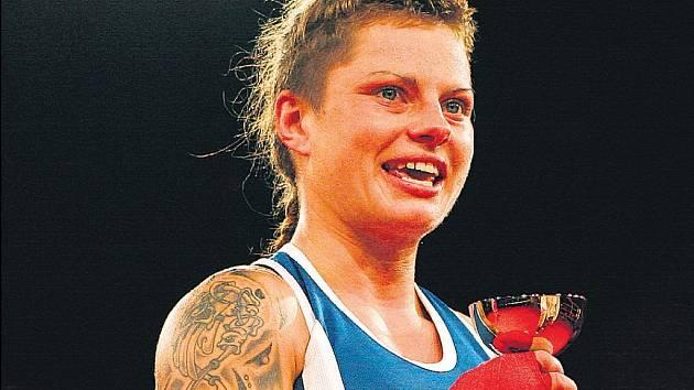 ŽENA MEZI PROVAZY. Boxerku Arletu Krausovou přivedla k tomuto ryze chlapskému sportu láska k Ondřeji Pálovi.