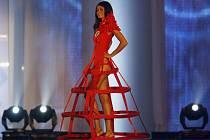 Julie Zugarová v extravagantních šatech od Martiny Tuháčkové.