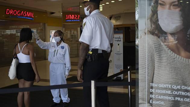 Zdravotice měří zákaznici teplotu před vstupem do obchodního centra v  brazilském Riu de Janeiro (na snímku z 11. června 2020)