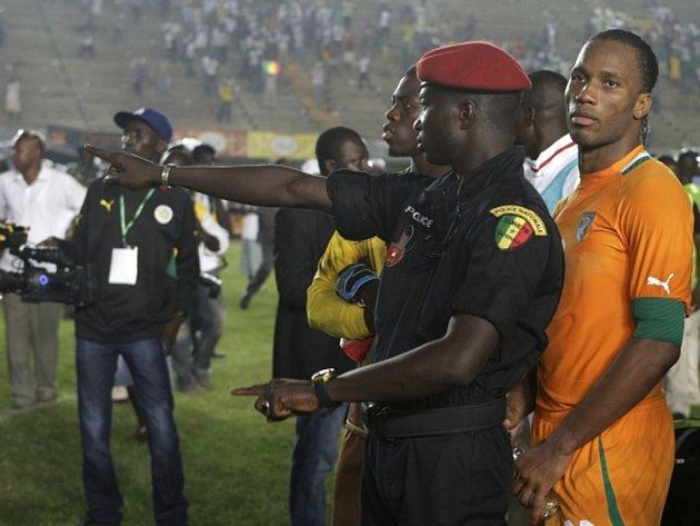Kanonýr Pobřeží slonoviny (vpravo) za senegalským policistou.