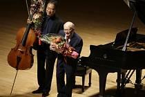Devadesátiletý Čechoameričan George Horner vystoupil na svém prvním klavírním galakoncertu v Bostonu. Doprovázel jej americký violoncellista Yo-Yo Ma.