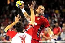 Pavel Horák (v červeném) se prosazuje proti Srbsku.