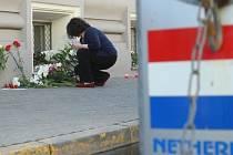 Lidé pokládají květiny u niozemského velvyslanectví v Moskvě.