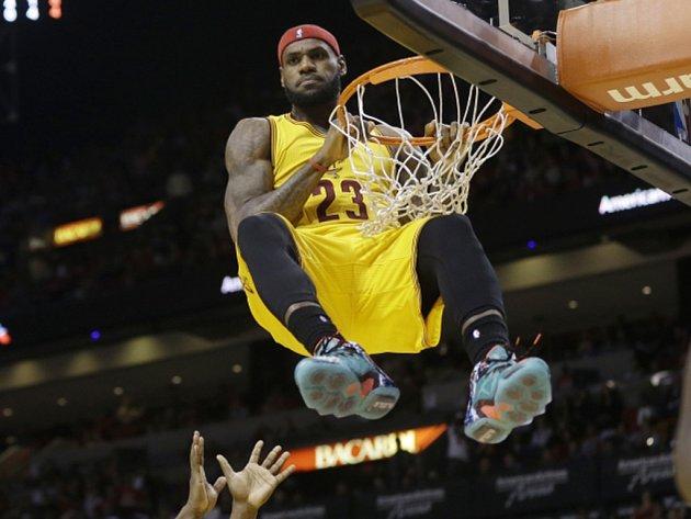 LeBron James z Clevelandu smečuje proti svému bývalému zaměstnavateli Miami.