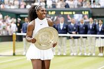 Serena Williamsová s trofejí pro vítězku Wimbledonu 2016.