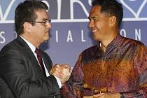 Indonéský ministr obchodu (vpravo) si třese rukou s ředitelem WTO Robertem Azevedem.