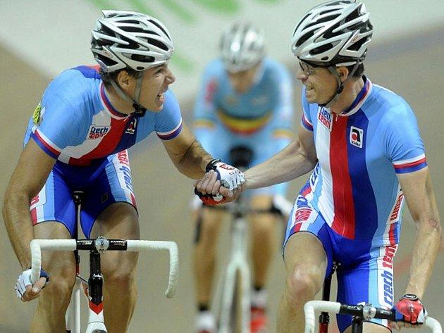 Čeští dráhoví cyklisté Jiří Hochmann (vlevo) a Martin Bláha se radují z titulu mistrů Evropy.