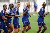 Francouzský kanonýr Thierry Henry (druhý zprava) si užívá se svými spoluhráči reprezentační trénink na ms.