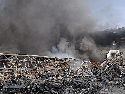 V Teplicích hoří opuštěný zimní stadion. Dělníkům, kteří rozkládají spadlou střechu, se zřejmě vznítilo její dřevěné obložení, což přerostlo v poměrně velký požár.