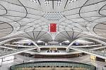 Letiště Daxing v čínském Pekingu je od svého vzniku rozlohou největším letištěm na světě. Jeho jedinečný terminál navrhovala Zaha Hadid.