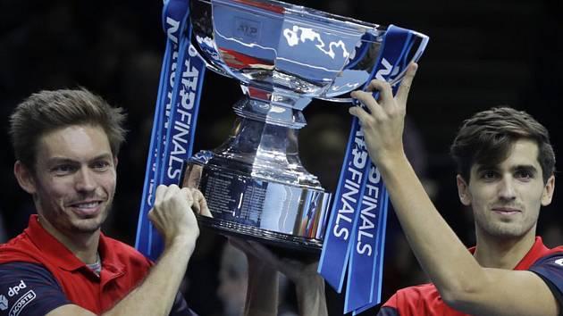 Francouzští tenisté Pierre-Hugues Herbert (vpravo) a Nicolas Mahut (vlevo) ovládli čtyřhru na Turnaji mistrů v Londýně.