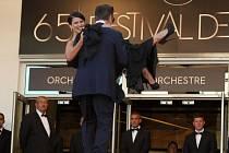 Ve středu 16. května byl zahájen MFF v Cannes: Herec Alec Baldwin nese po schodech festivalového paláce kolegyni Hilarii Thomas. Oba míří na slavnostní zahájení.
