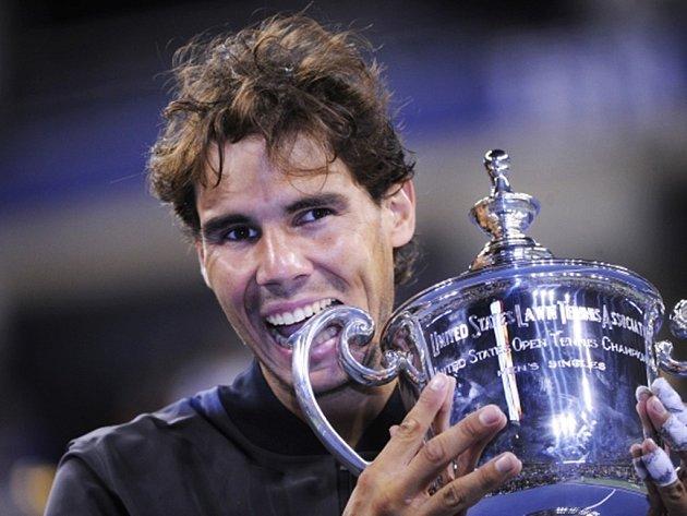 Rafael Nadal s trofejí pro vítěze US Open.