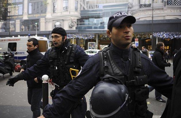 Policisté vyklízejí prostor před obchodním domem Printemps Haussmann v Paříži.