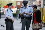 Figurantka DENÍKu zkusila, jak se policisté domluví anglicky.