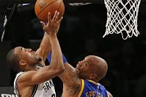 Rozjeté basketbalisty Golden State nezastavili ani Brooklyn Nets. Na snímku Markel Brown a Marreese Speights.