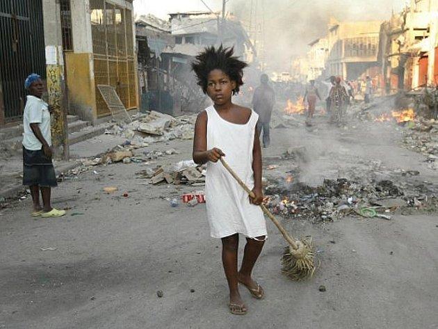 Na Haiti bylo zatčeno 10 Američanů podezřelých z pokusu o únos třicítky dětí do zahraničí přes Dominikánskou republiku. Ve vězení skončili i jejich dva domnělí haitští komplicové.