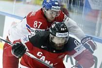 Jakub Nakládal (vlevo) plní obranné povinnosti proti Brentu Burnsovi u Kanady.