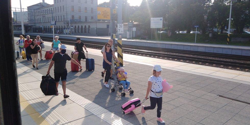 K moři. Poláci nastupuji do vlaku Bohumin-Hel