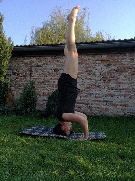 JanaAdamová cvičí na zahradě