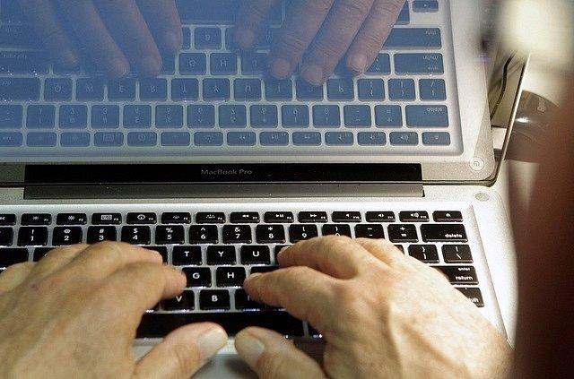 Slušnost a pravda na sociálních sítích mají namále. Internet je plný dezinformací a hoaxů.