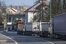Kolona kamionů u přechodu v Náchodě