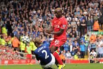 Liverpool - Everton: Mario Balotelli a Tony Hibbert