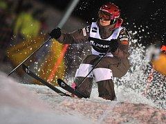 Nikola Sudová při jízdě v boulích.