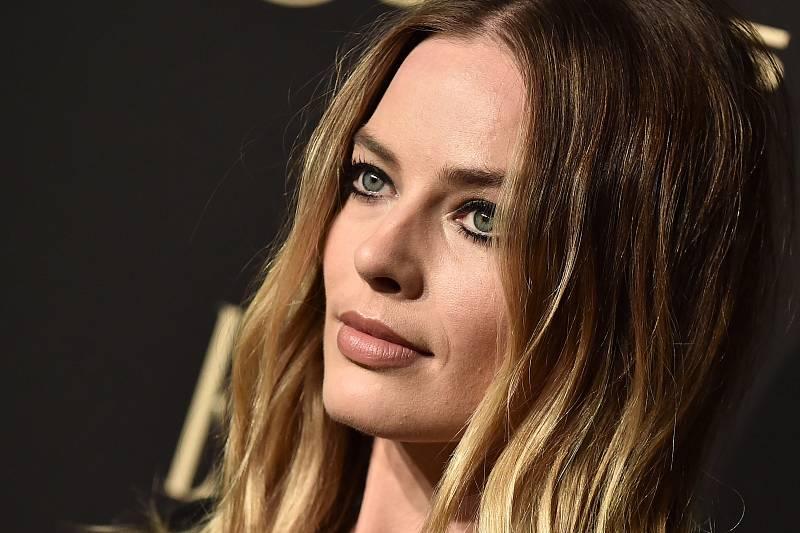 """Margot Robbie Hollywood nesemlel. Je přirozená, ráda si zajde na hamburger a ve filmu nehodlá skončit u """"tuctových krasavic""""."""