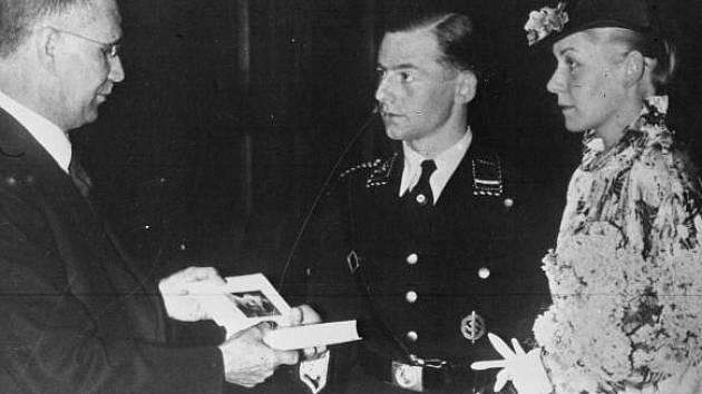 Povinný svatební dar. Jeden výtisk knihy Mein Kampf dostával v Německu po Hitlerově uchopení moci v den své svatby každý pár. Na snímku svatba z roku 1936