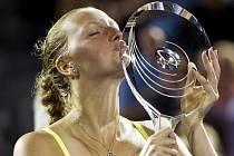 Petra Kvitová si zisk trofeje náležitě užila.
