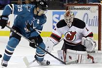 Logan Couture (San Jose Sharks) a gólman Keith Kinkaid (New Jersey Devils).