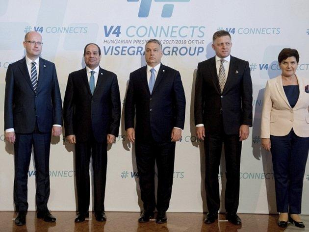 Schůzka premiérů zemí V4 (zleva): Bohuslav Sobotka, egyptský prezident Abdal Fattáh Sísí (druhý zleva), Viktor Orbán, Robert Fico a Beata Szydlová.