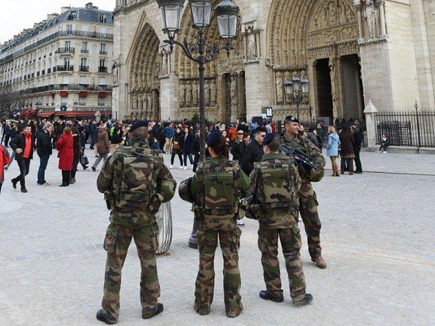 V ulicích Paříže bude v rámci opatření působit na 2000 vojáků.