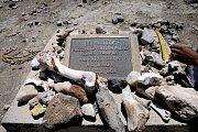 Místo nálezu lebky v Tanzanii dnes připomíná pamětní plaketa
