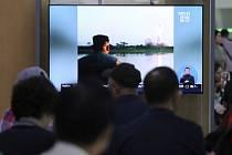 Kim Čong-un sleduje raketový test