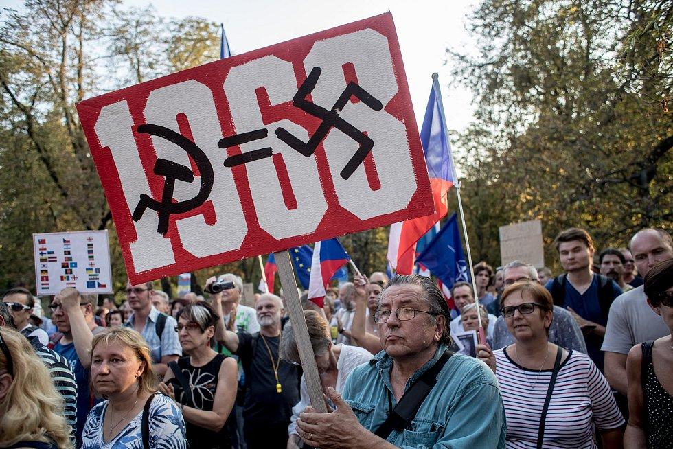 """Demonstrace pod názvem """"Nezapomínáme. Protestujeme."""" k 50. výročí okupace armádami Varšavské smlouvy se konala 20. srpna 2018 před ruskou ambasádou v Praze."""