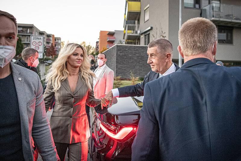 Andrej Babiš přijel do volebního štábu hnutí ANO, 9. října 2021 v Praha. (vlevo) Monika Babišová.