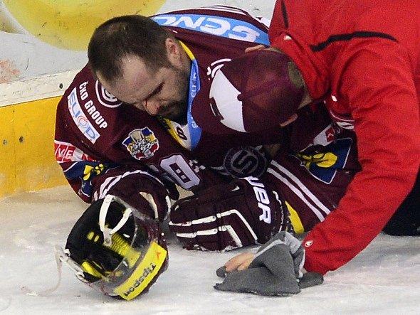 Čtvrtý zápas semifinále: Sparta vs. Třinec, na ledě byl ošetřován i Tomáš Rolinek