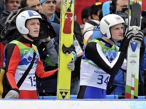 Českým skokanům Romanu Koudelkovi (vlevo) a Jakubovi Jandovi se ve Vancouveru nepovedlo druhé kolo na středním můstku.