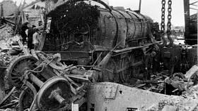 Zničená lokomotiva po explozi muničního vagónu