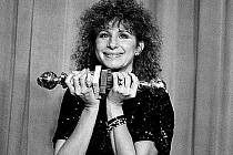 TRIUMF. Barbra přebírá dva Zlaté globy za nejlepší režisérku i herečku ve filmu Yentl (1983), který herečka natáčela také u nás.